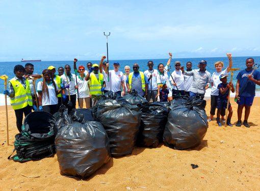 Sisyphe à la plage : ramassage des déchets plastiques à Port Bouët -LFCI N°28 du 6 mai 2021
